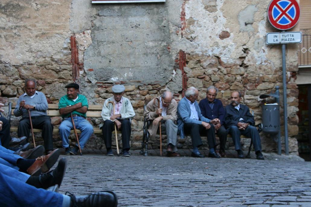Sizilien, alte Herren auf der Piazza