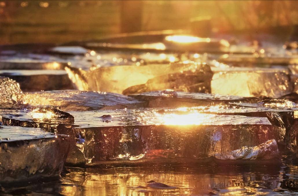 Viele kleine Sonnen prangen im Eis.