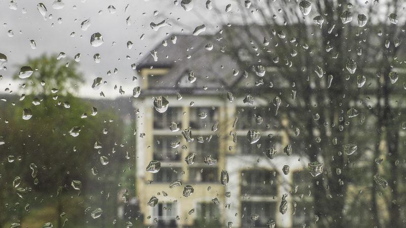 Regentropfen am Fenster in dieser Fotografie wirken wie Objektive