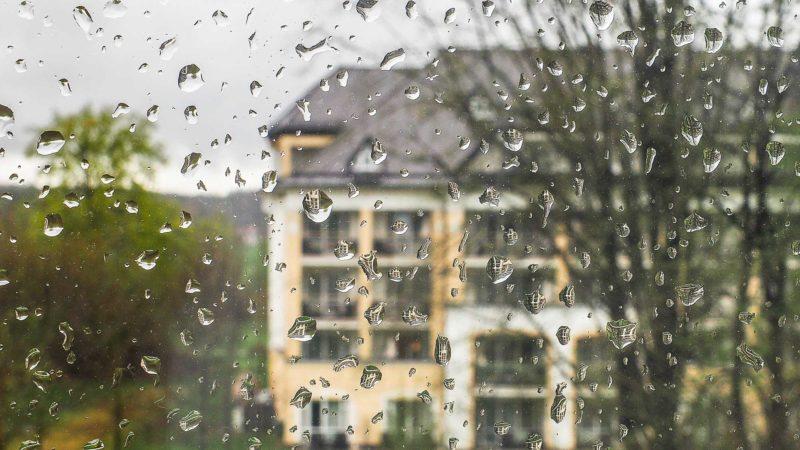 RFegentropfen an der Fensterscheibe