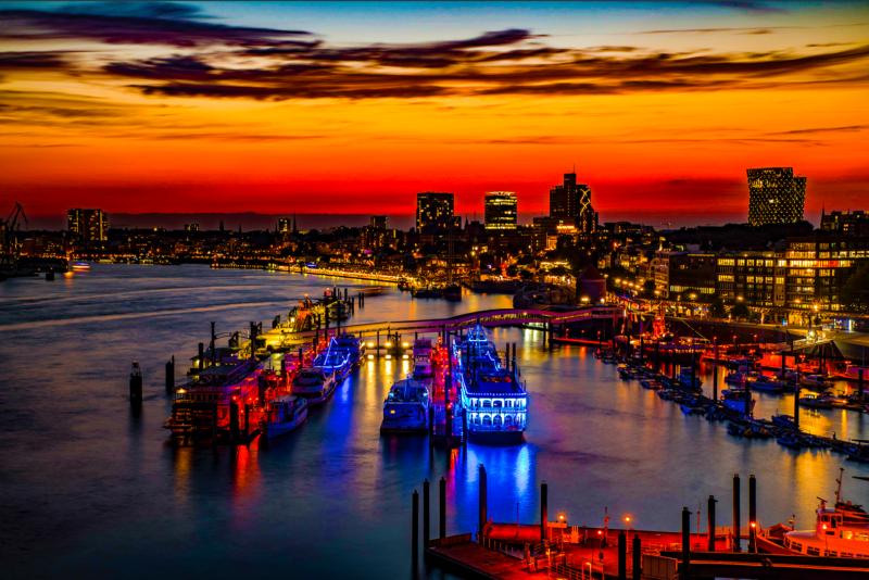 Hamburger Hafen Nachts Farbsättigung überhöht