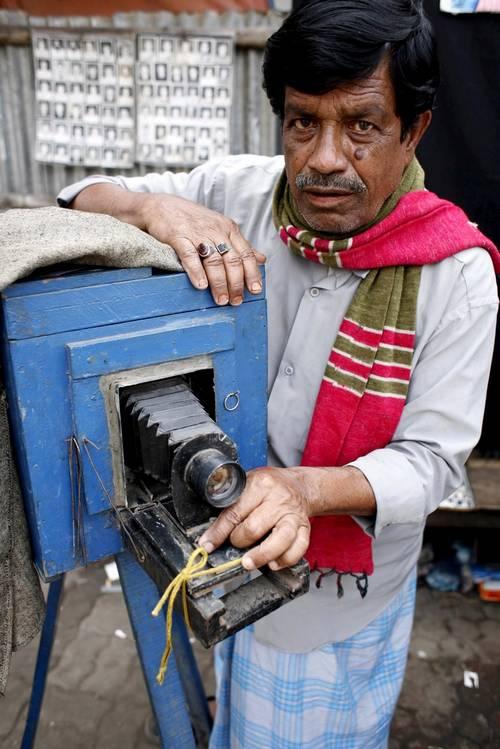 Fotograf Safder Ali mit seiner Kamera. (Keystone / EPA / Abir Abdullah)