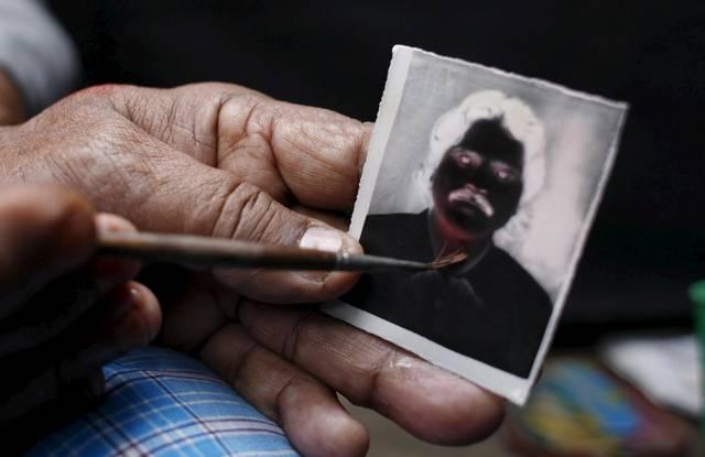 Ein erstes Bild, das Negativ, wird leicht retuschiert. (Keystone / EPA / Abir Abdullah)