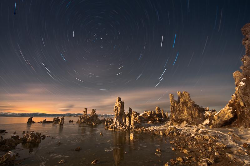 Sternspuren am Mono Lake. © Peter Sennhauser 2011. Nikon D300, Sigma 10-20mm, ISO 400, 10mm, f/5.6, Belichtungszeit 39 Minuten und 43 Sekunden