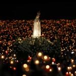 Pilger tragen die Statue der Hl. Fatima durch ein Meer von Kerzen, Portugal (AP Photo/Francisco Seco)