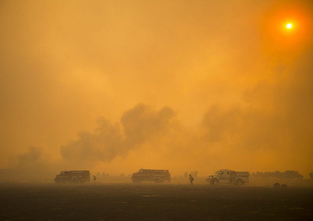 Feuerwehr bekämpft  Buschbrände, Lancaster Calif. USA EPA/STUART PALLEY