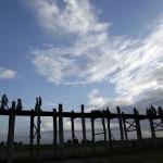 Menschen auf einer Brücke, Mandalay Myanmar  (AP Photo/Khin Maung Win)