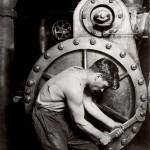 Lewis Hine: Mechaniker an einer Dampfpumpe in einem Elektrokraftwerk, 1920; Silbergelatine-Abzug, 16.9 x 11.7 cm © Collection of George Eastman House, Rochester