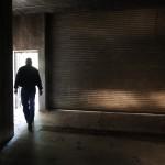 Ein Mann macht seinen Weg in Atchinson, USA (Keystone/AP Photo/Orlin Wagner)