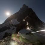 Das Matterhorn zu früher Stunde im Licht des Vollmonds und der Stirnlampen der Bergsteiger, CH (KEYSTONE/Arno Balzarini)