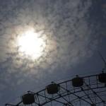 Sommersonne über einem Riesenrad in Shanghai China (AP Photo/Eugene Hoshiko)