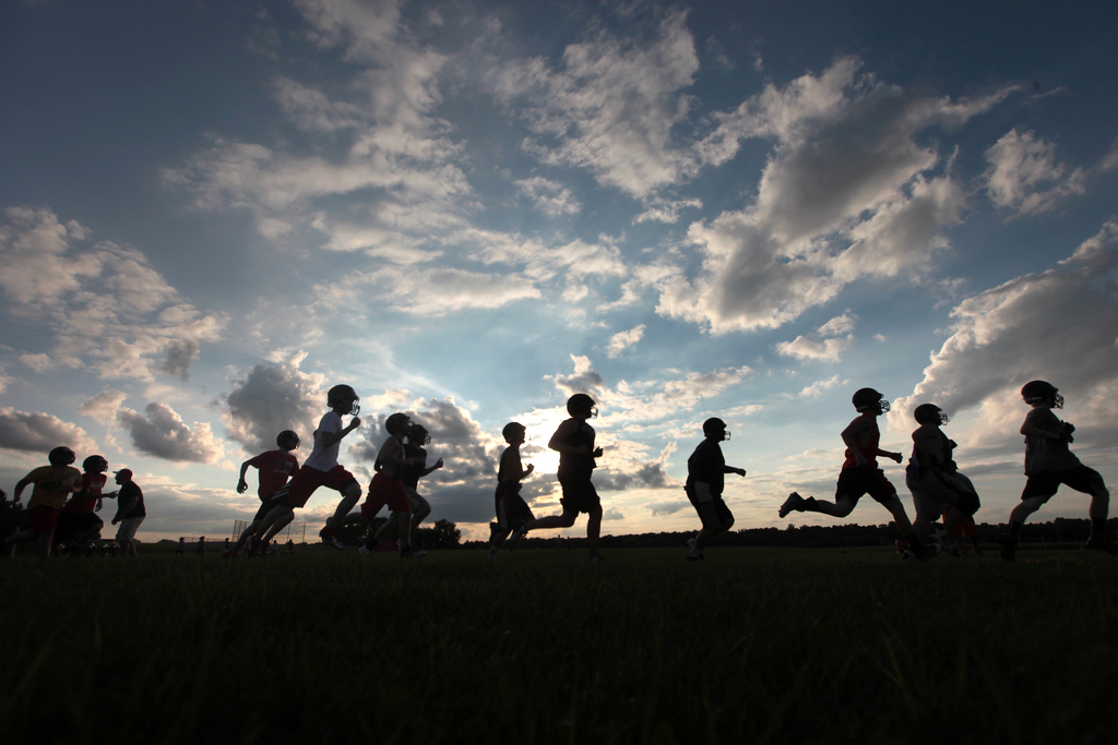 Abendtraining eines Footballteams in Marshall Wisc. USA   (AP Photo/Wisconsin State Journal, John Hart)