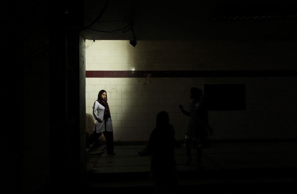Passantin in einer Unterführung in Neu Delhi Indien (AP Photo/Manish Swarup, File)
