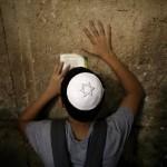 Jugendlicher beim Gebet in Jerusalem, Israel (Keystone/EPA/Abir Sultan)