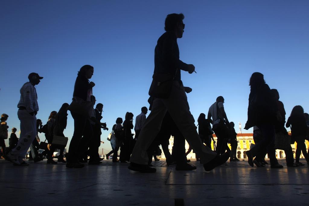 Passanten in Lissabon, Portugal (AP Photo/Francisco Seco)