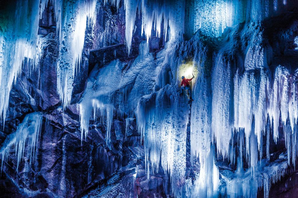 Nächtliches Eisklettern am Eidfjord in Norwegen, für den Fotografen Thomas Senf aufwändig inszeniert mit farbigem Licht (PHOTOPRESS/Thomas Senf/Mammut)