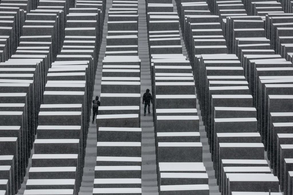 Berliner Holocaust-Mahnmal, bedeckt mit Schnee  (AP Photo/Markus Schreiber)