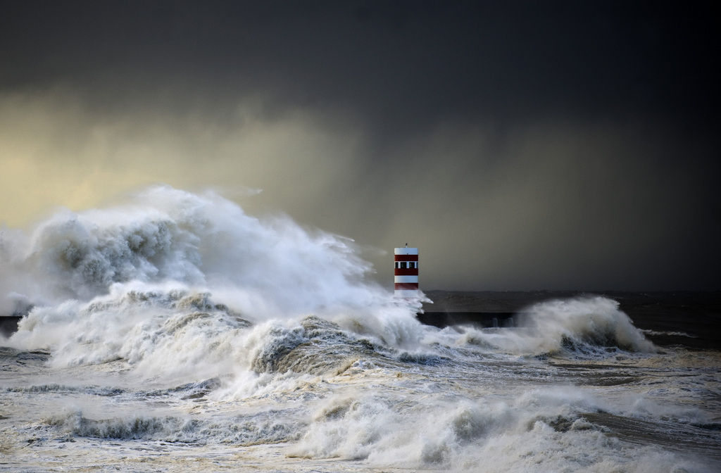 Sturm und Wellen in Porto, Portugal (AP Photo/Paulo Duarte)