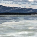 Eisfischer am Winnipesaukee-See in Gilford, N.H, am Ende des Winters (AP Photo/Jim Cole)