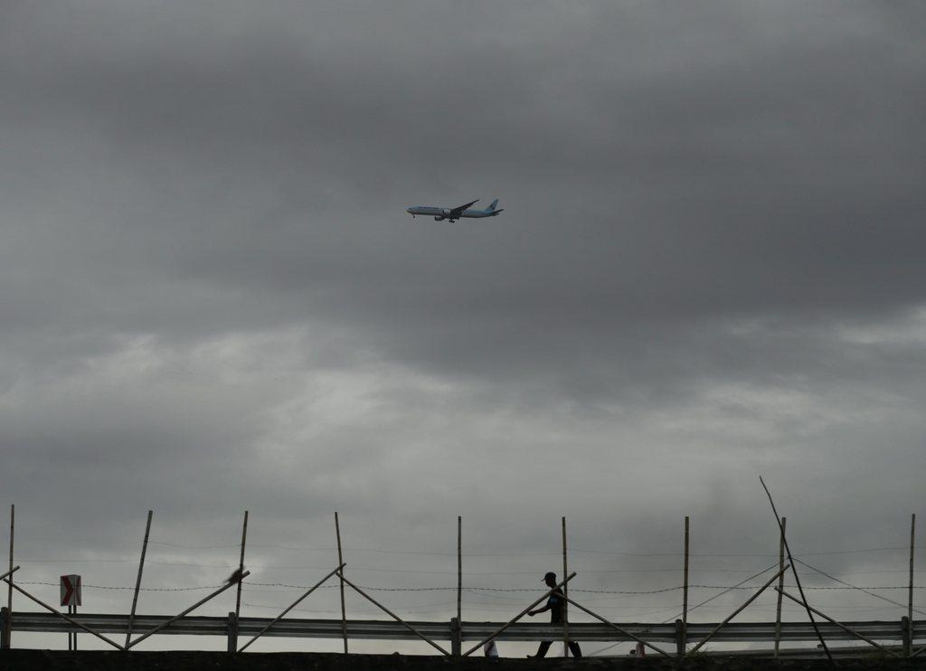 Dunkler Himmel mit Flugzeug, südlich von Manila, Phillippinen, EPA/FRANCIS R. MALASIG