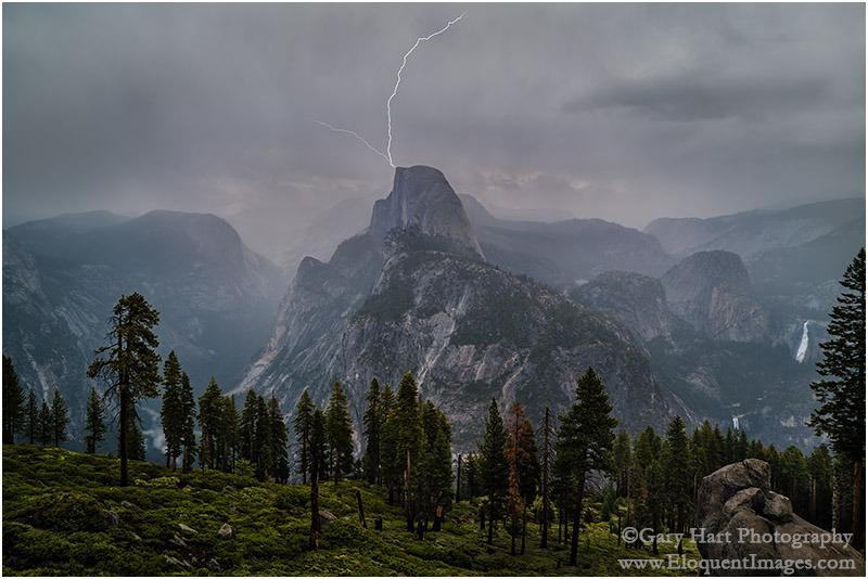 Lucky Strike: Blitzeinschlag am Half Dome, fotografiert von Glacier Point, Yosemite, Kalifornien, USA. Sony a7s, Sony/Zeiss 24-70, 0.4 s, F11, ISO50