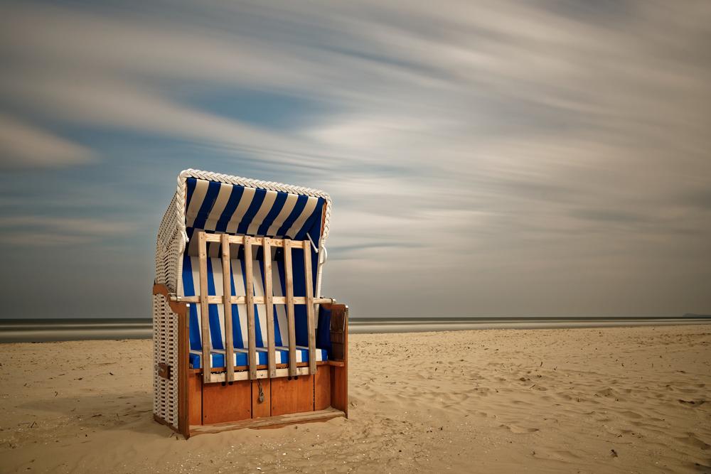 Strandkorb am strand  fokussiert.com | Mittägliche Langzeitbelichtung: Der Strandkorb