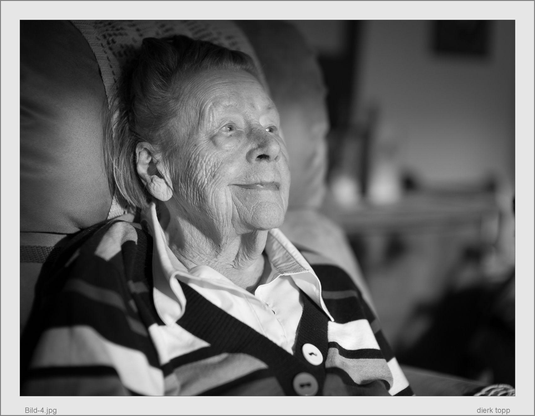 Meine Mutter 4 Wochen, bevor sie friedlich starb, Leica M Monochrom with Noctilux-M 50/0.95 @f1.4, minimal PP with LR4 (crop, light grey) - (c) Dierk Topp