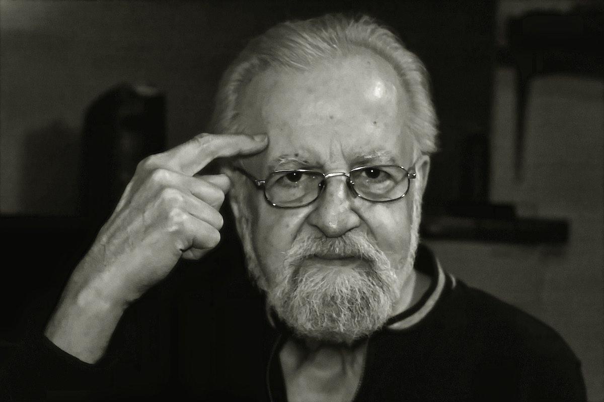 Mann zeigt sich an die Stirn - Fotografie zur Geste