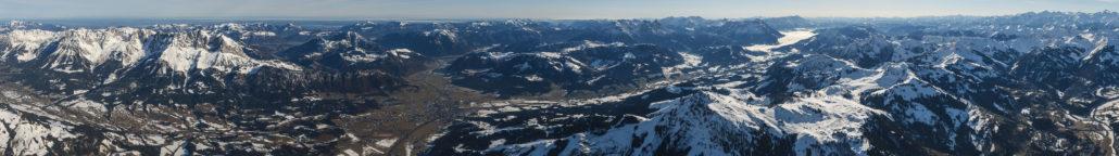 Panorama, dass während eines Ballonfluges über Kitzbühel und dem Wilden Kaiser aufgenommen wurde, Brennweite 26 mm. © Dietrich Kunze