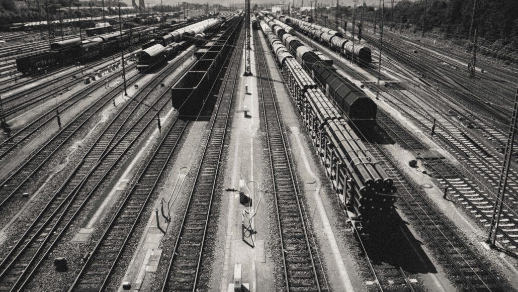 Der Gueterbahnhof - schwarz-Weiss-Foto