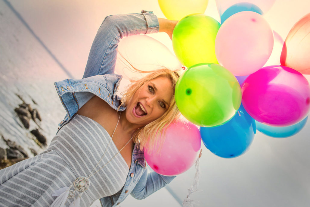 Aliza im Dutch Angle mit Ballons am Strand