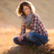 Gegenlichtporträt einer jungen Frau